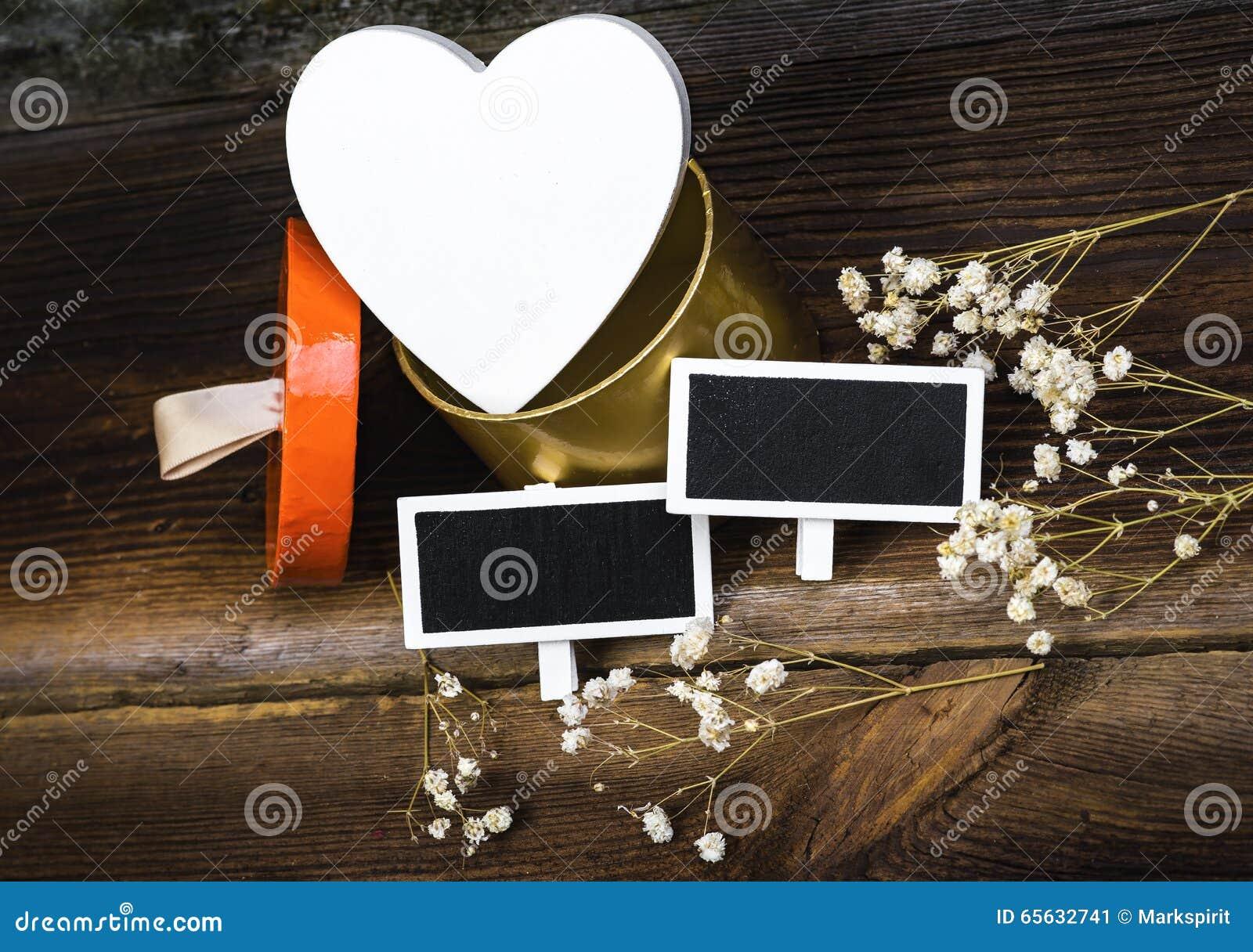Coeur, tableaux noirs et fleurs sèches