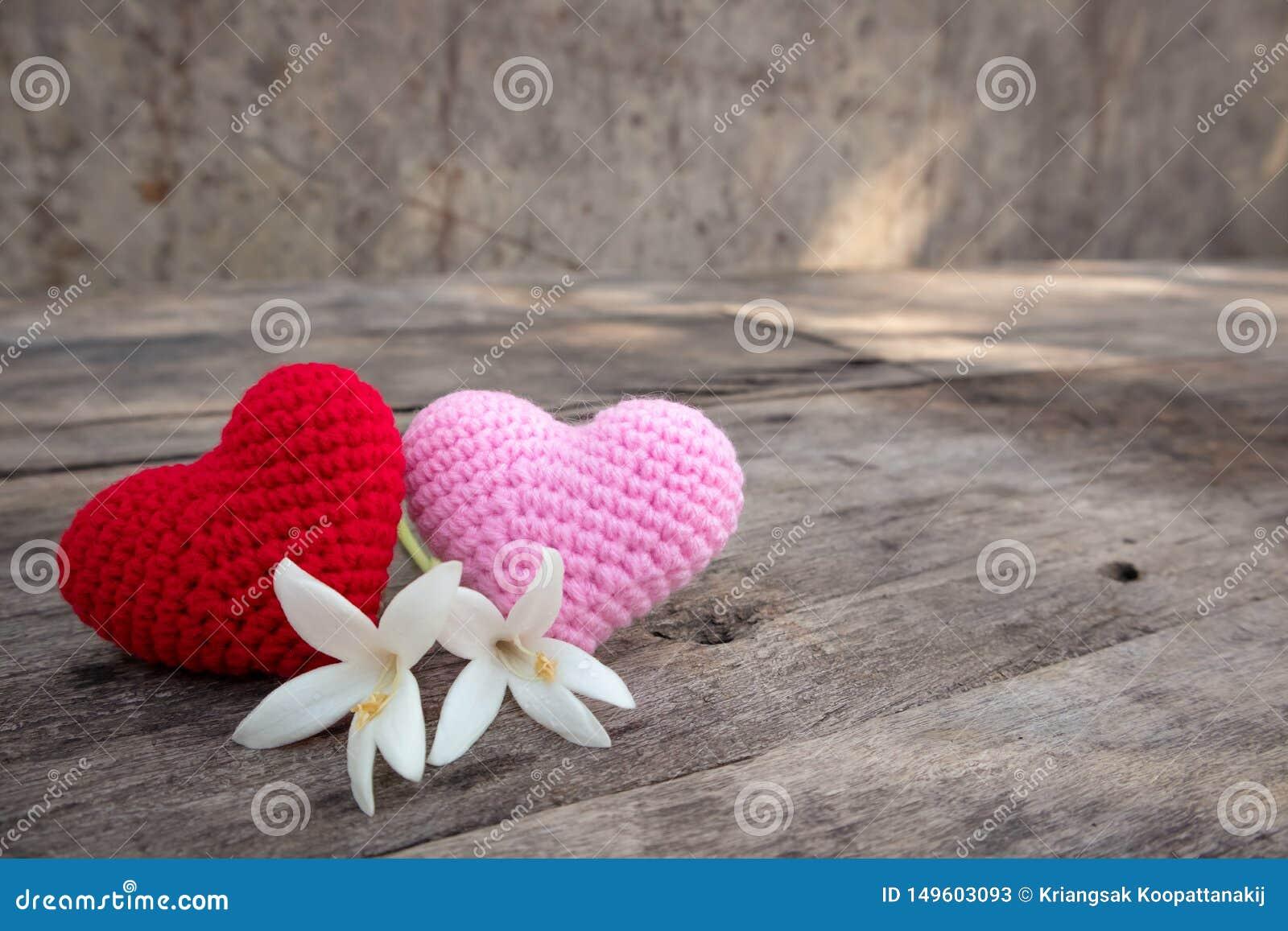 Coeurs de tricotage avec Millingonia sur la table en bois