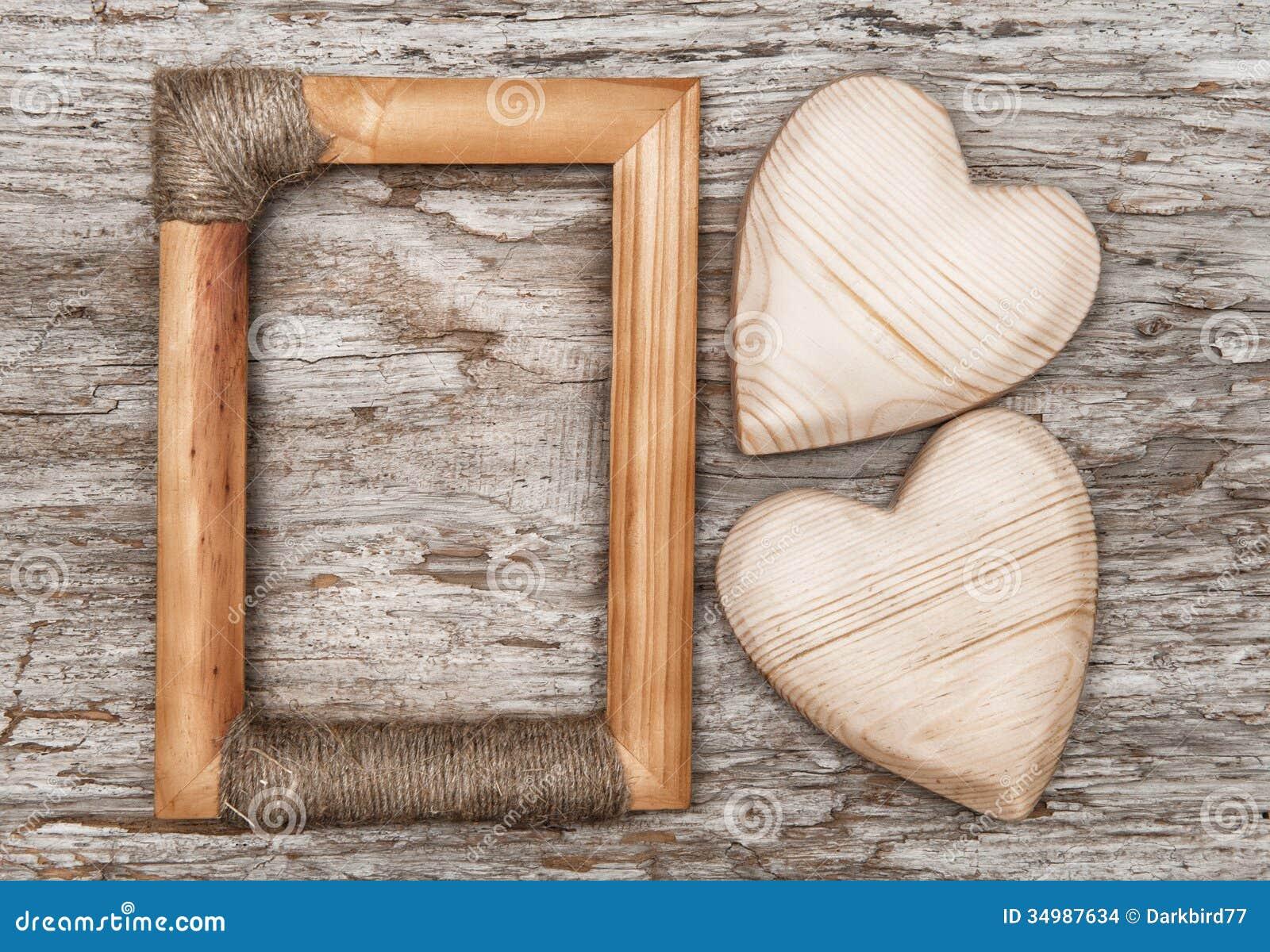 coeurs et cadre en bois sur le vieux bois images stock image 34987634. Black Bedroom Furniture Sets. Home Design Ideas