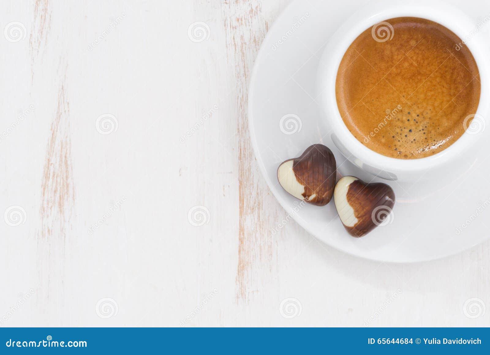 Coeurs et expresso de chocolat sur le fond blanc, vue supérieure