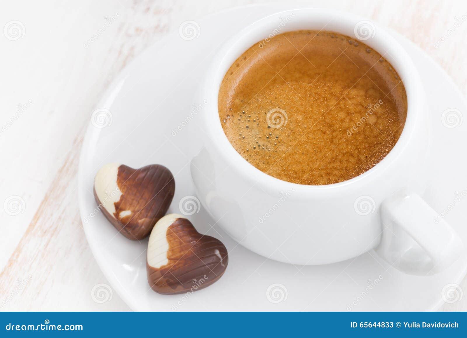 Coeurs et expresso de chocolat sur le fond en bois blanc