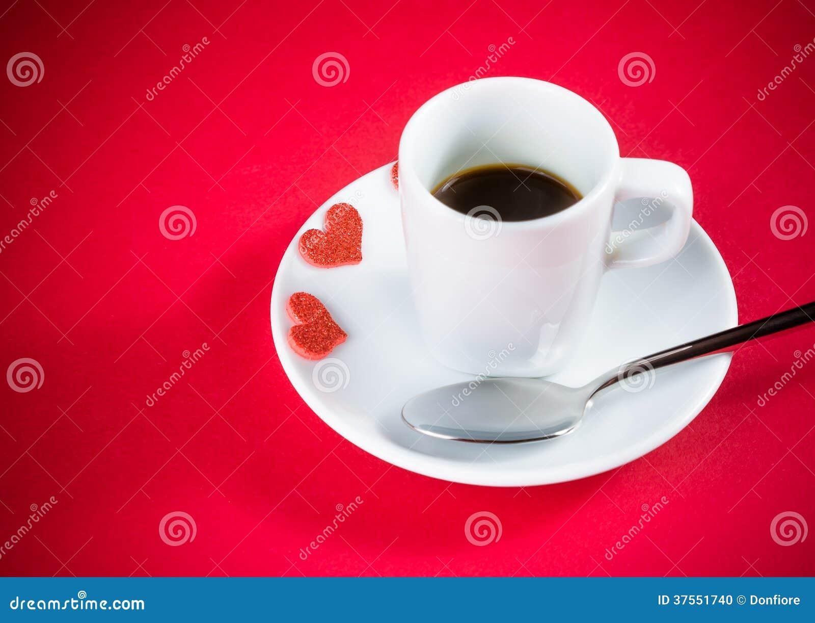 coeurs rouges d coratifs pr s de tasse de caf sur la table rouge saint valentin de concept. Black Bedroom Furniture Sets. Home Design Ideas