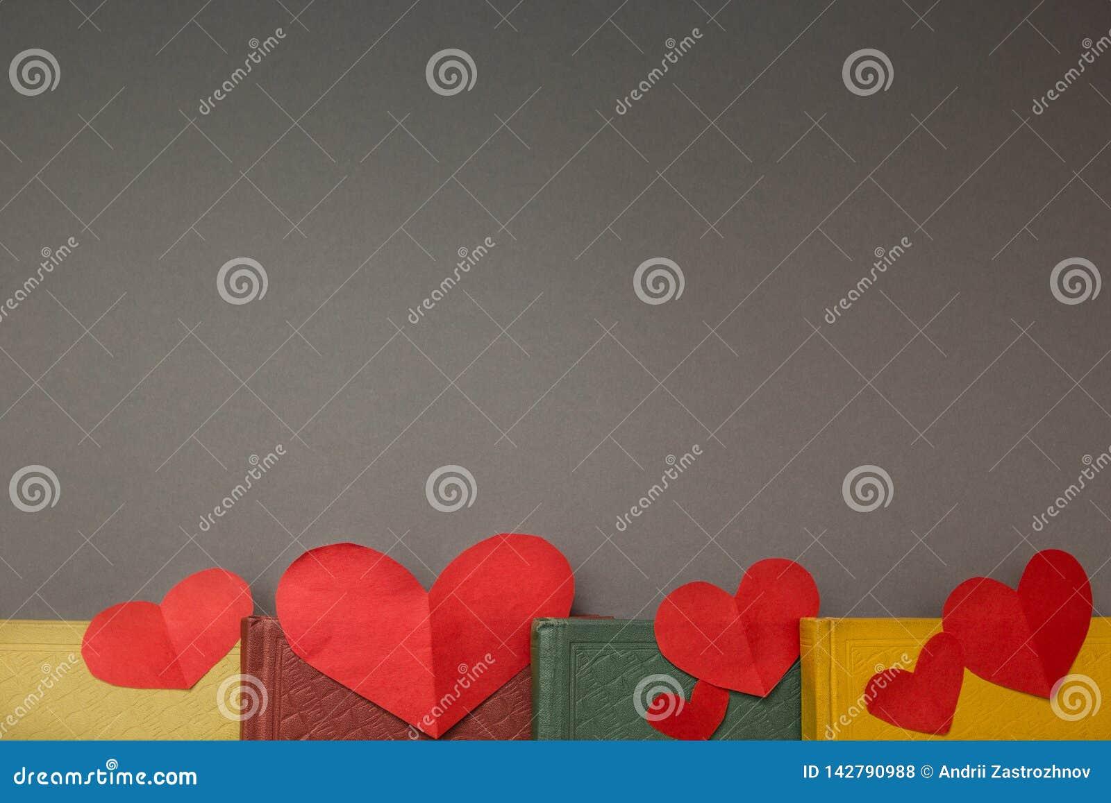 Coeurs rouges sur les livres, l espace pour le texte