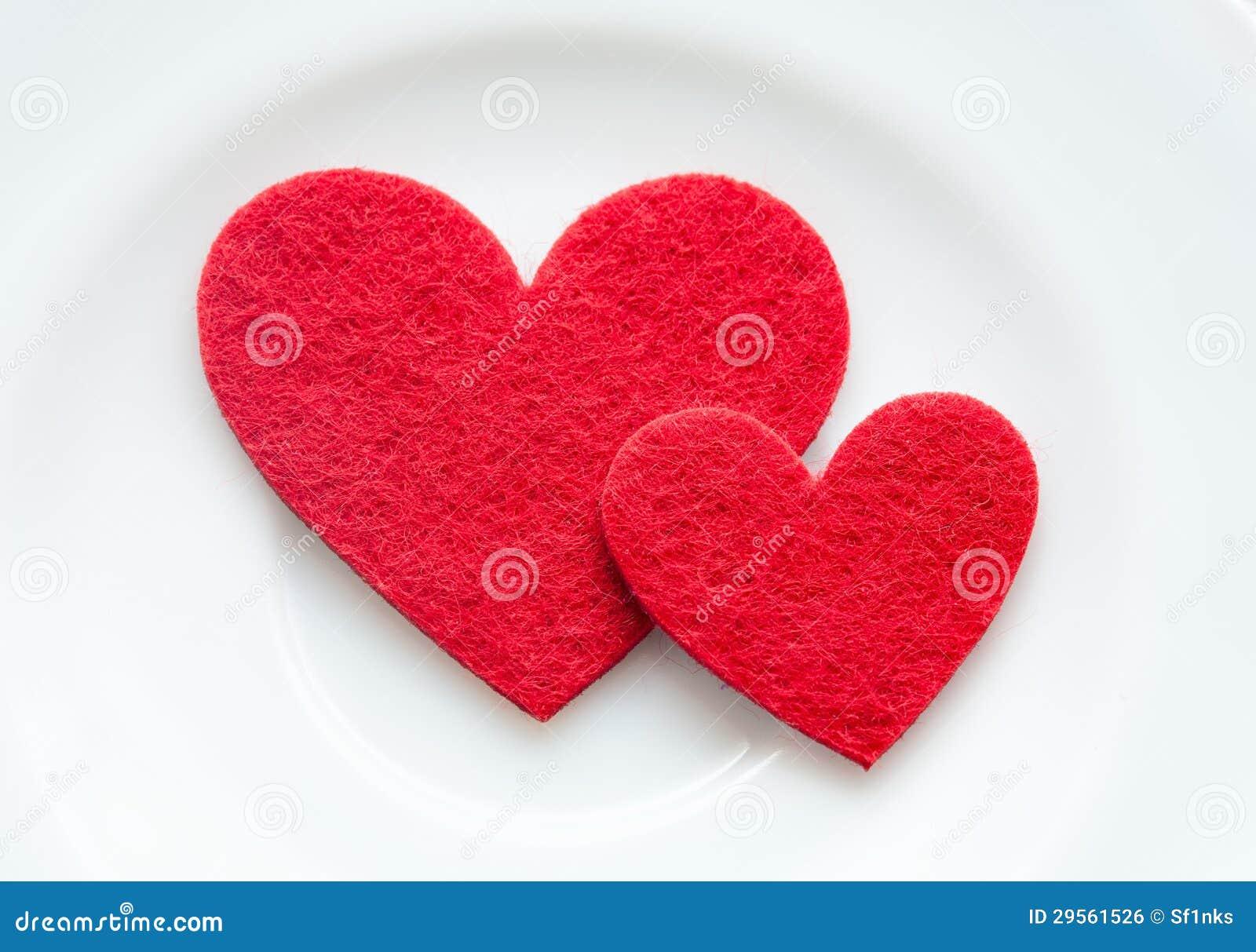 Coeurs rouges sur un plan rapproché de plaque. Saint-Valentin