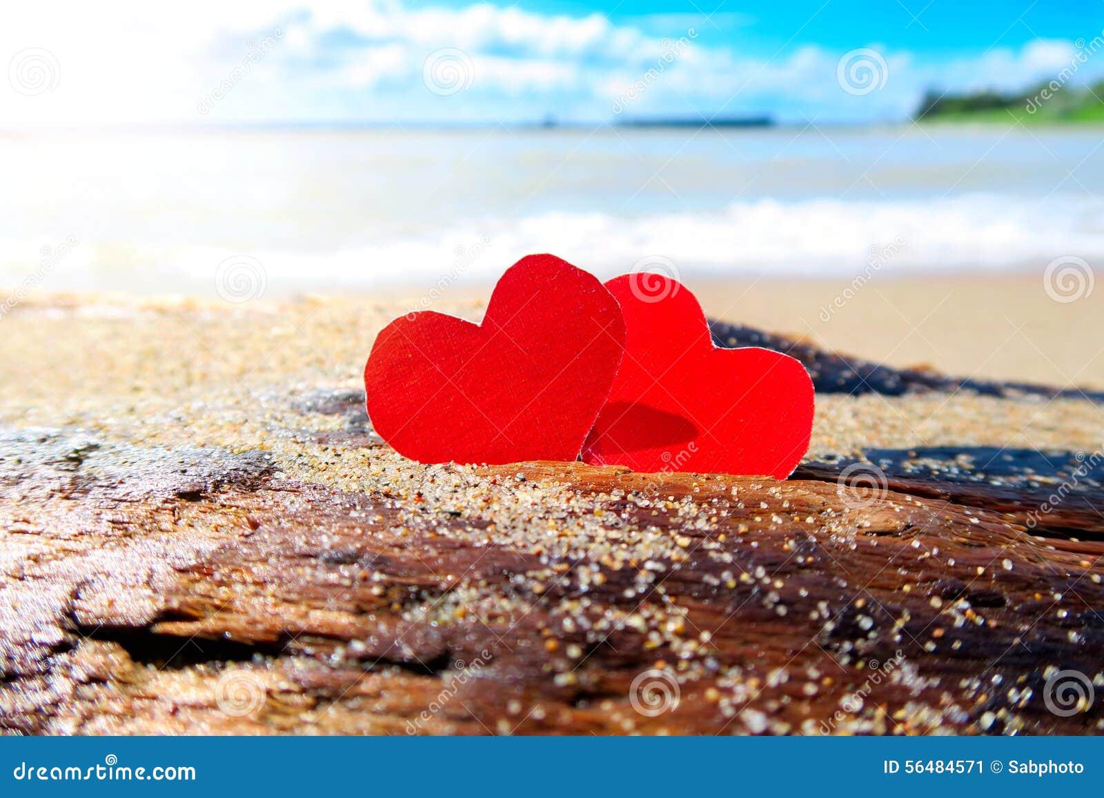 Coeurs sur le bord de la mer