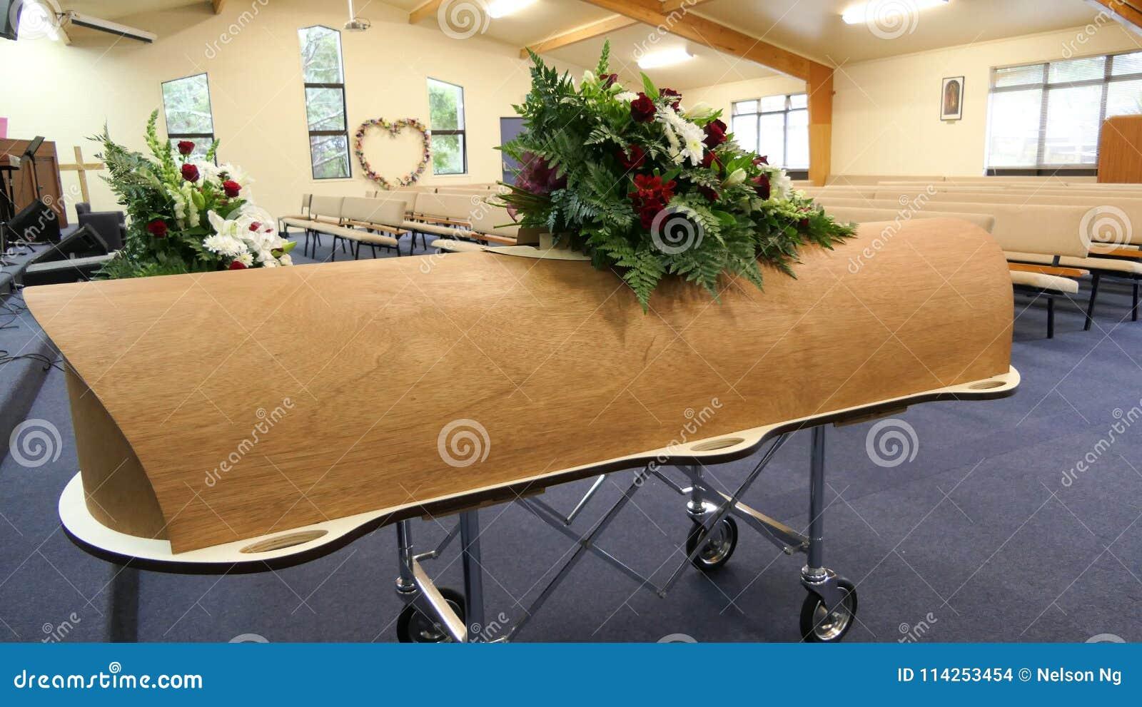 Cofanetto variopinto in una saettia o cappella prima del funerale o della sepoltura al cimitero