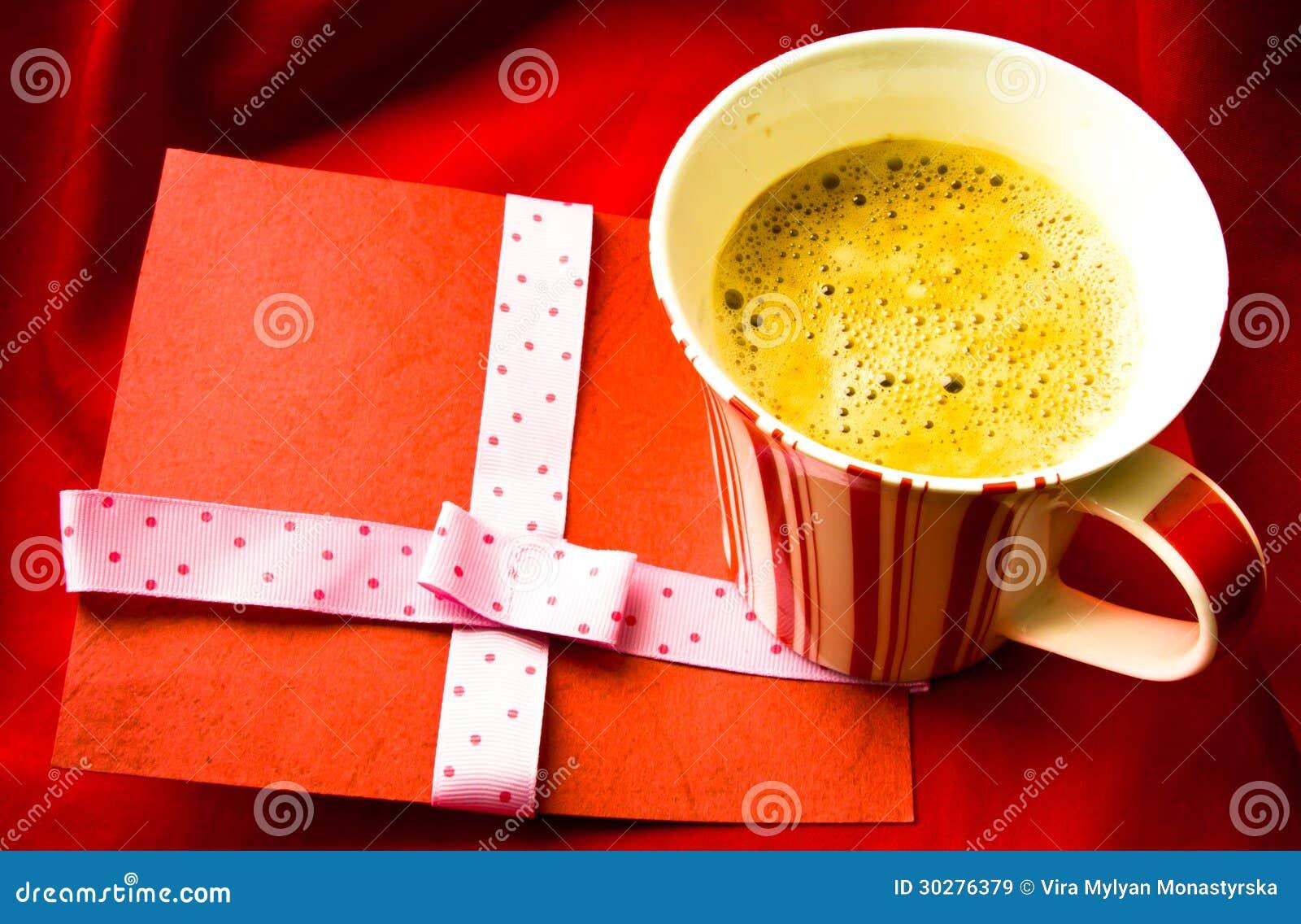 杯coffe和红色装饰元素