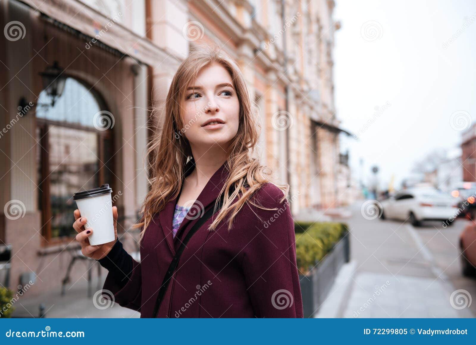 Download Coffe задумчивой женщины выпивая на улице города Стоковое Изображение - изображение насчитывающей lifestyle, привлекательностей: 72299805