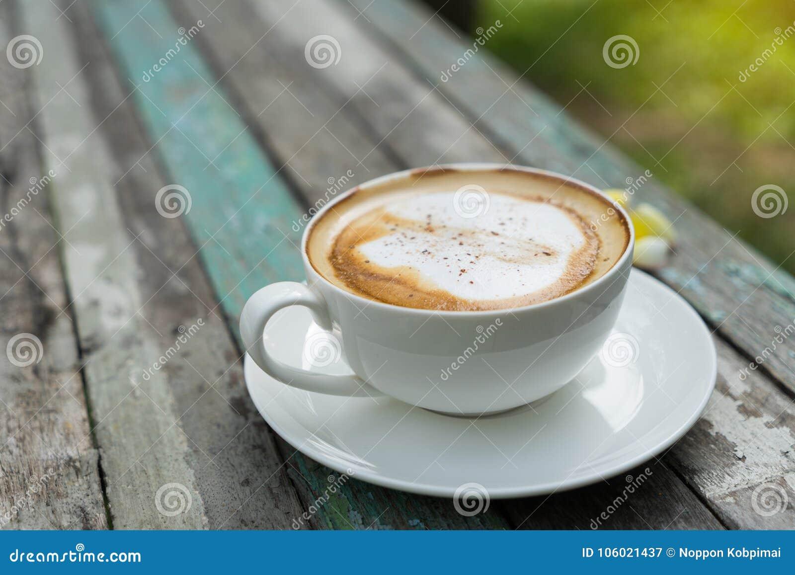 Coffe-Schale auf altem Holztisch im Park
