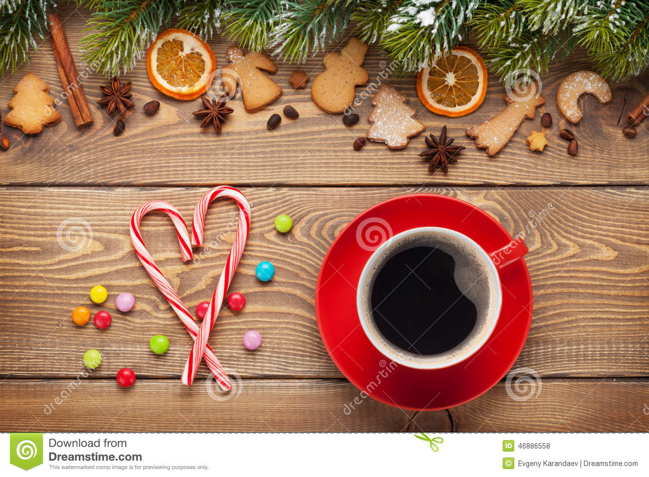 Coffee cup and christmas food decor on wooden background for Plaque decorative cuisine