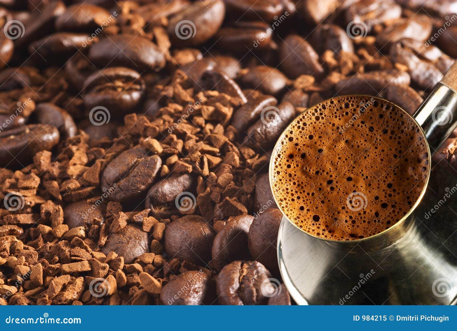 Coffee-pot turco sopra la priorità bassa del caffè
