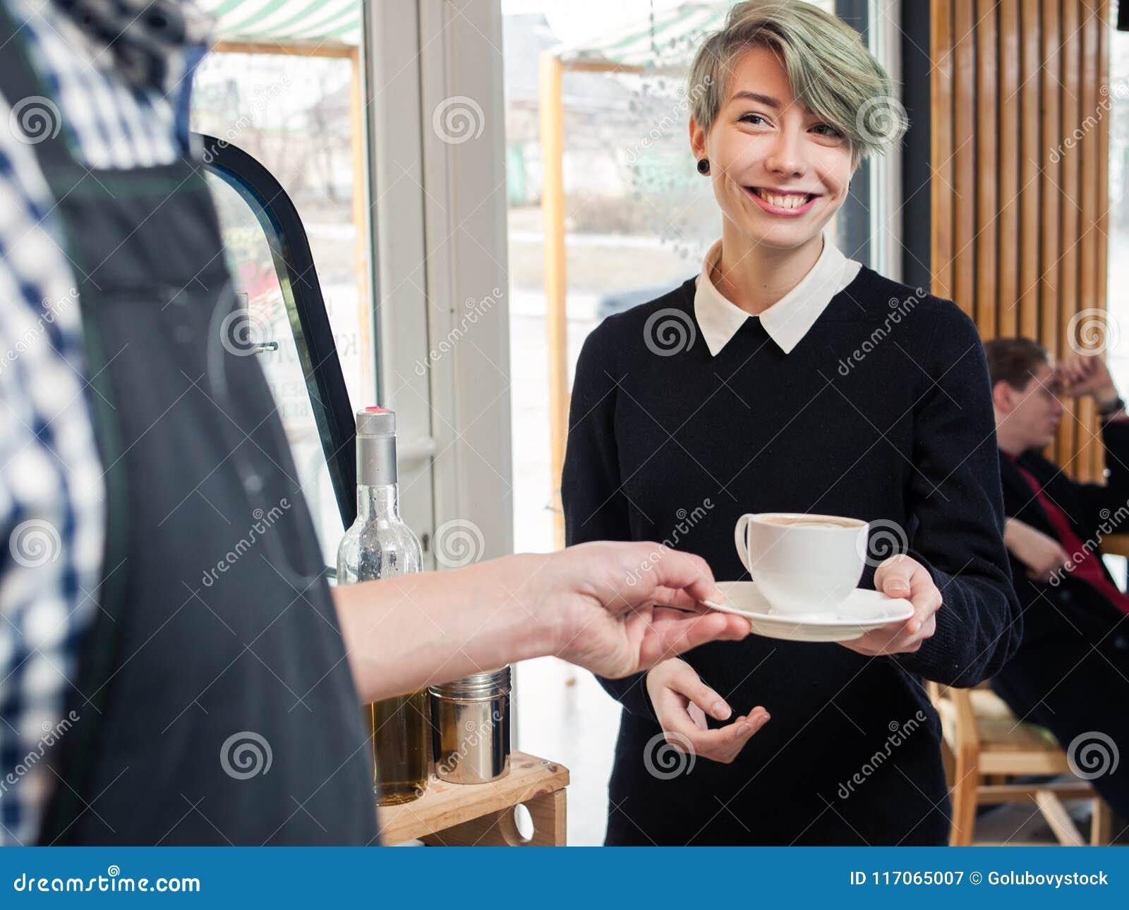 Coffee shop för flicka för hipster för klient för Barista servekopp