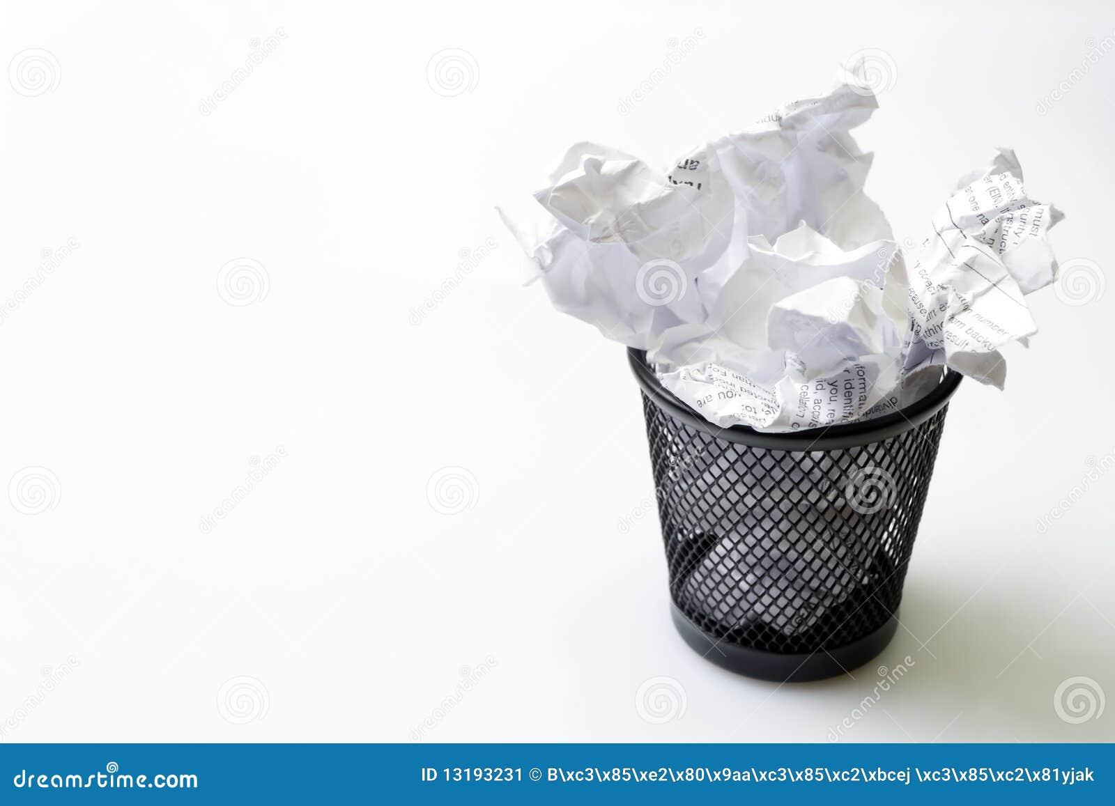 Coffre de détritus avec des ordures de papiers