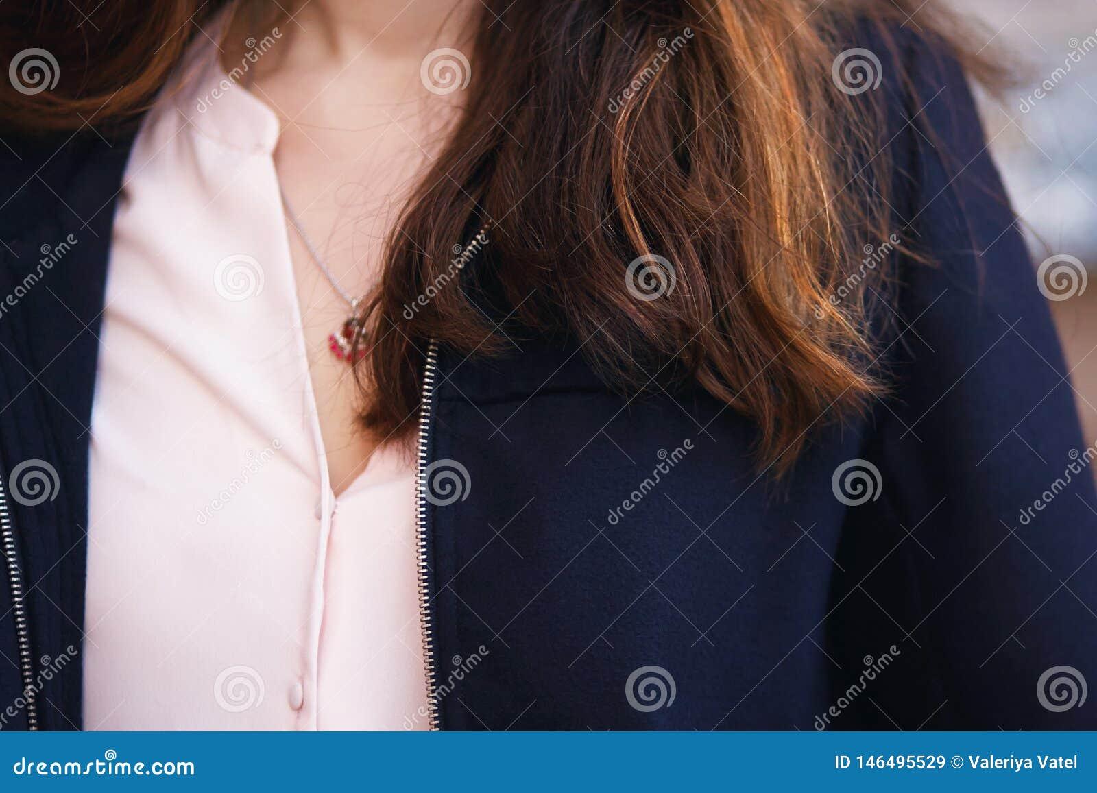 Coffre de la fille qui tombent les mèches rouges et brunes des cheveux