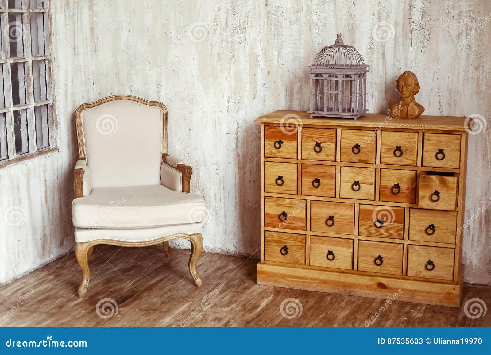 Coffre des tiroirs en bois dans la pièce dénommée minable