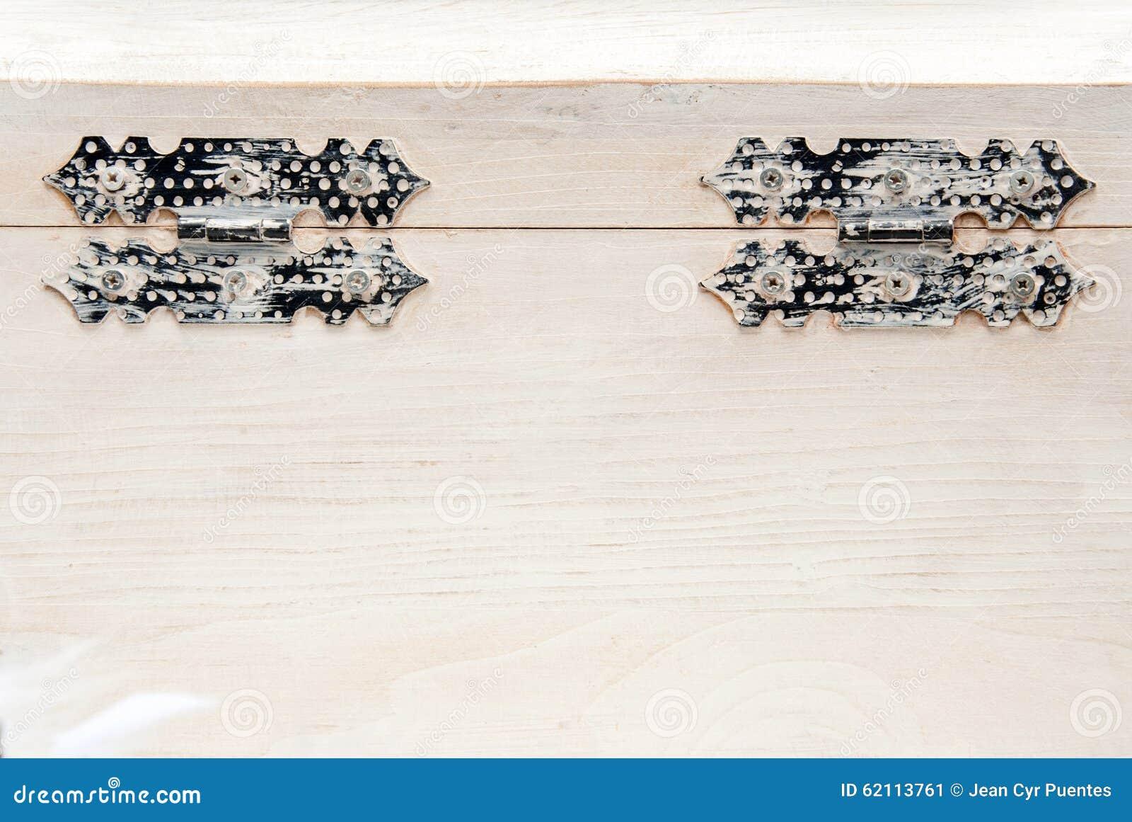 Coffre en bois blanc