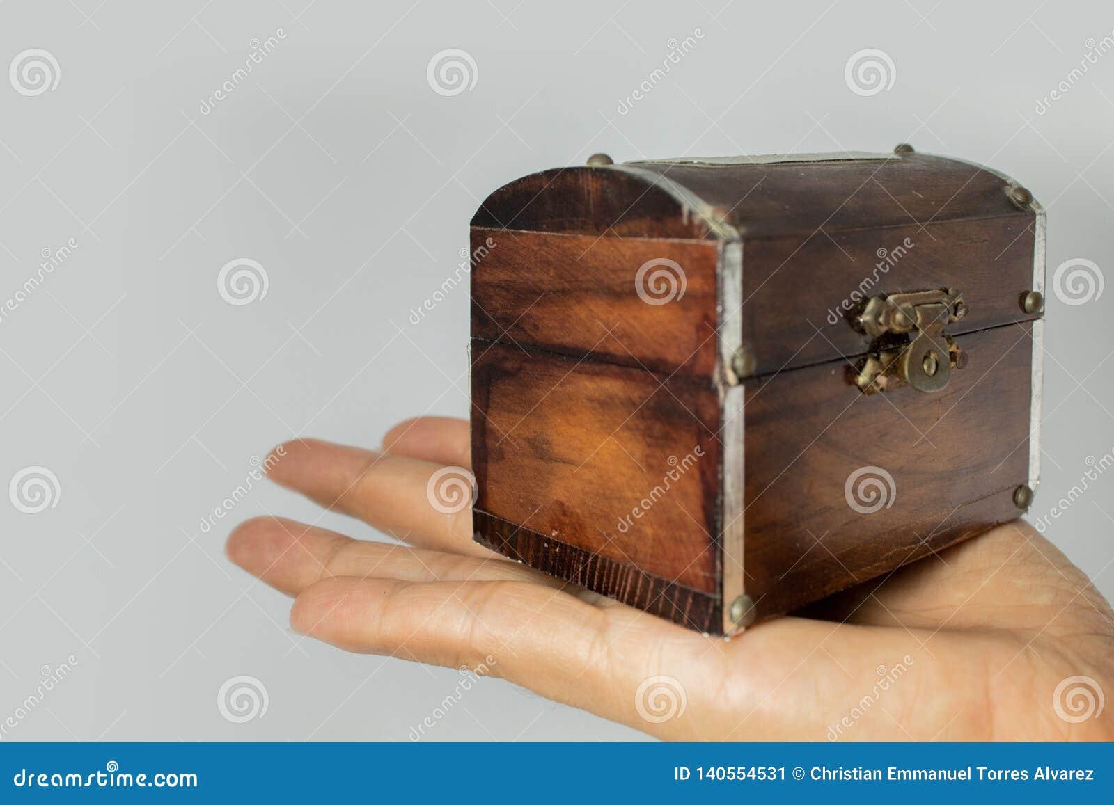 Coffre en bois en main