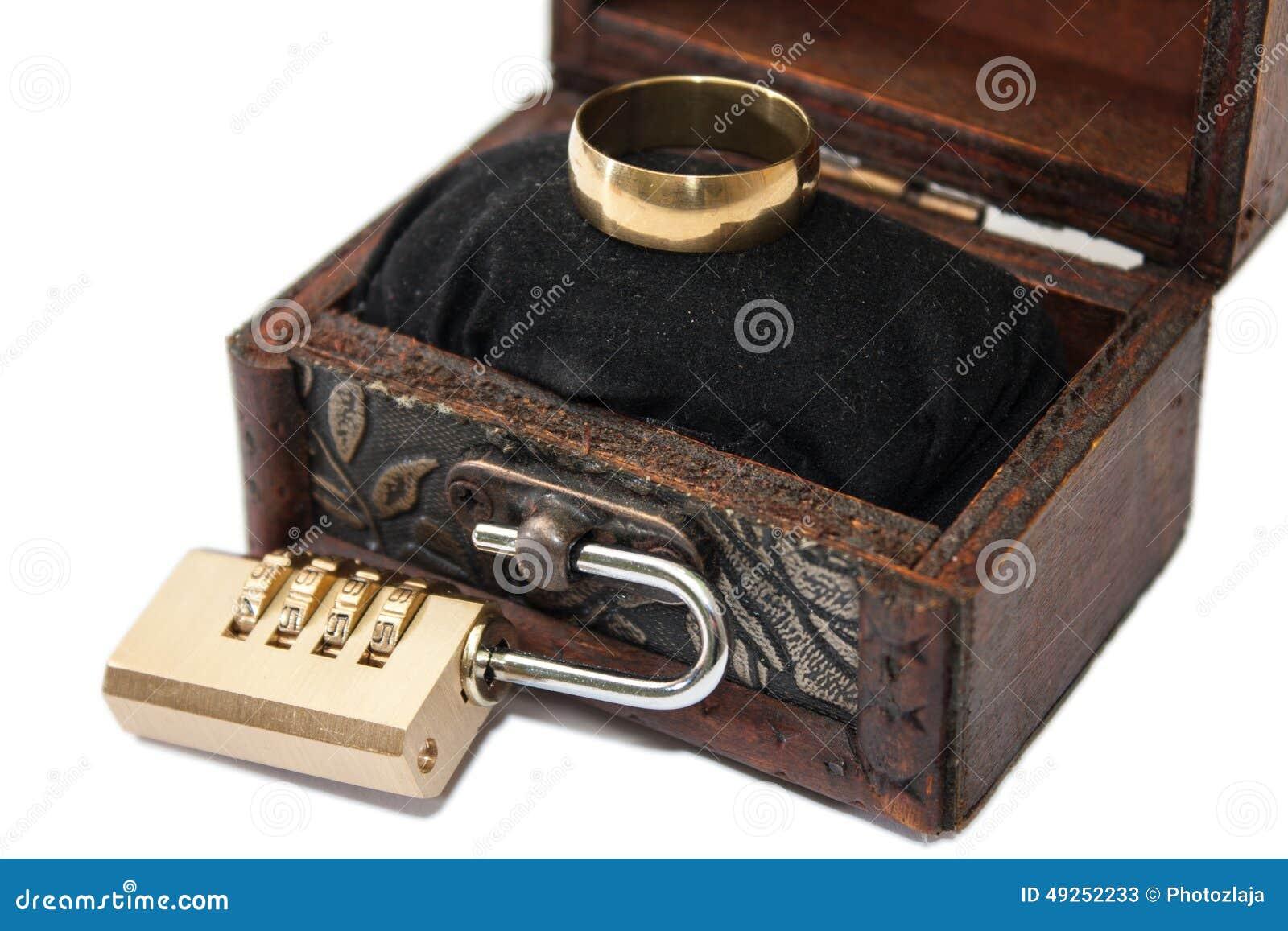 anneau mariage bois id es et d 39 inspiration sur le mariage. Black Bedroom Furniture Sets. Home Design Ideas