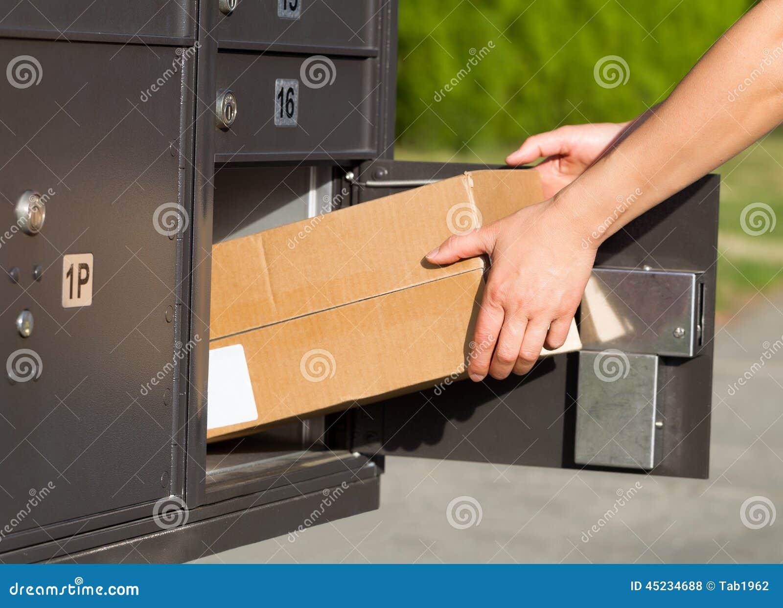 Coger los paquetes en el buzón