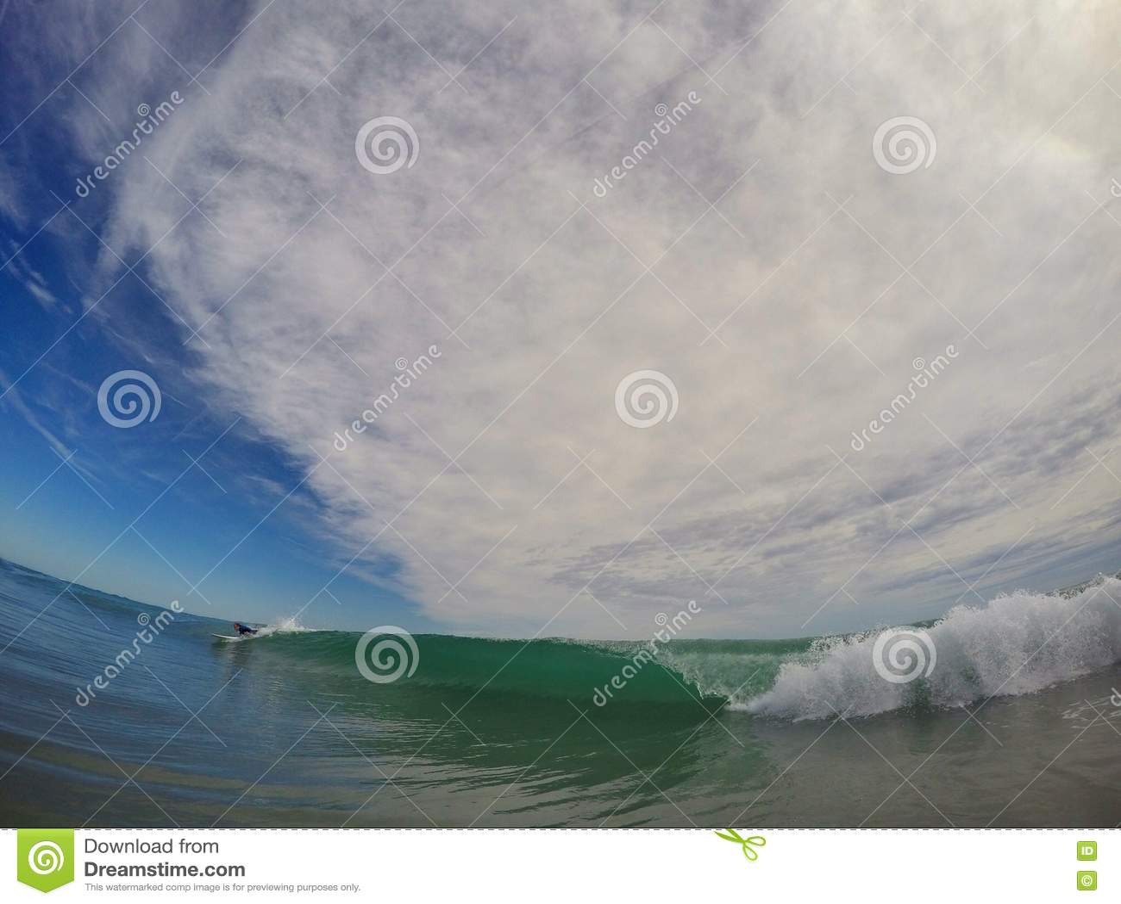 Cogida de una onda que practica surf