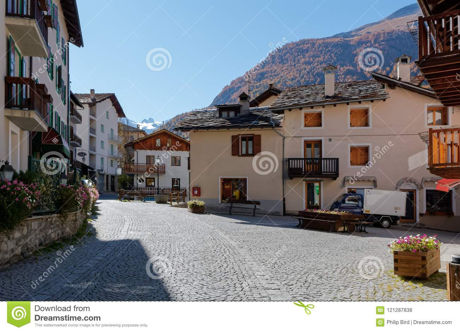 COGNE ITALY/EUROPE - OKTOBER 26: Gataplats i den Cogne Italien nollan