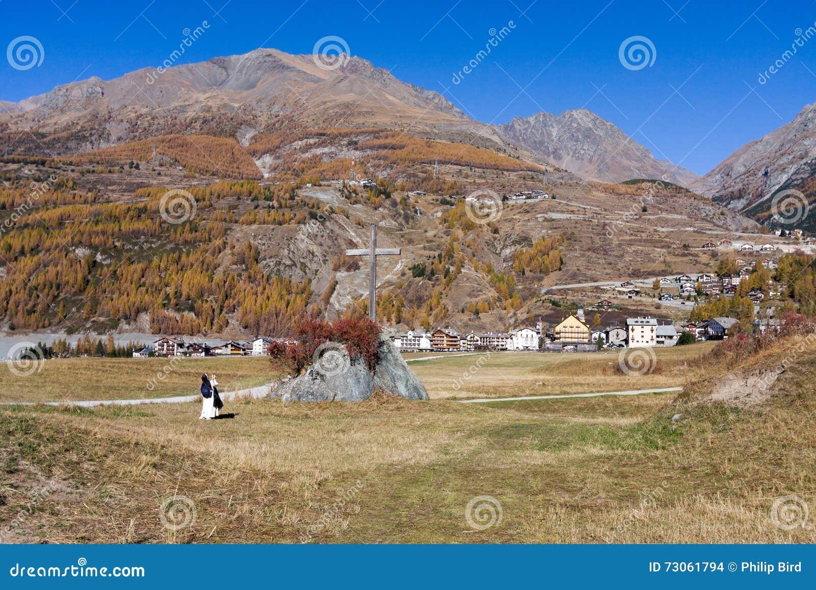 COGNE, ITALY/UK - 26 ΟΚΤΩΒΡΊΟΥ: Καλόγρια που παίρνει μια φωτογραφία του χρωμίου