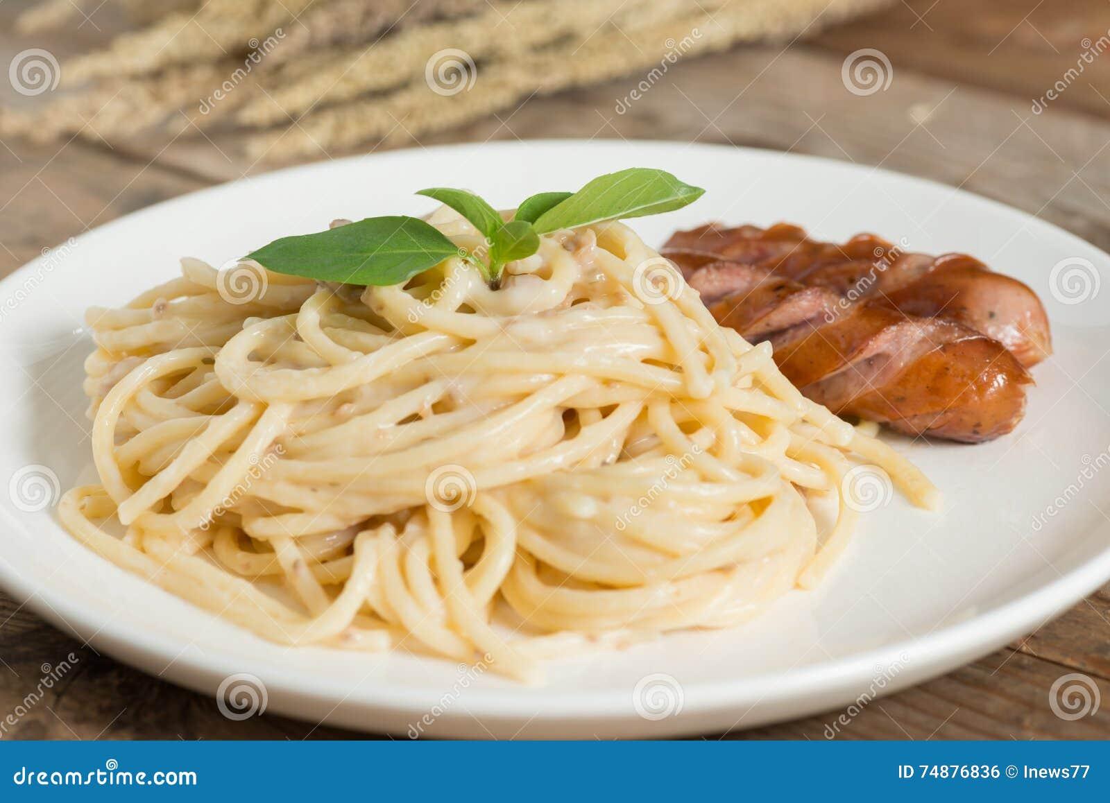 Cogumelo desbastado do molho de creme dos espaguetes com salsicha