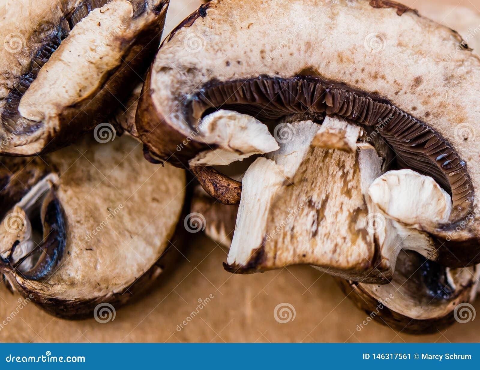 Cogumelos cortados de Brown