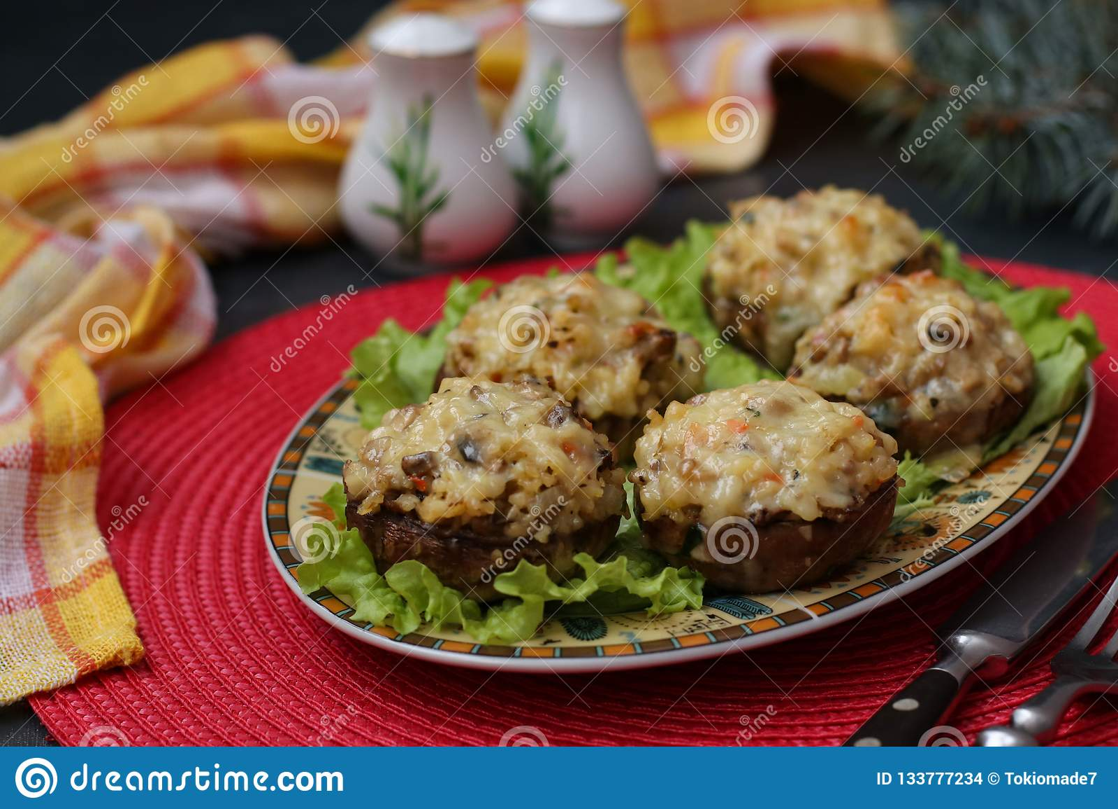Cogumelos enchidos com mozzarella, vegetais e bulgur