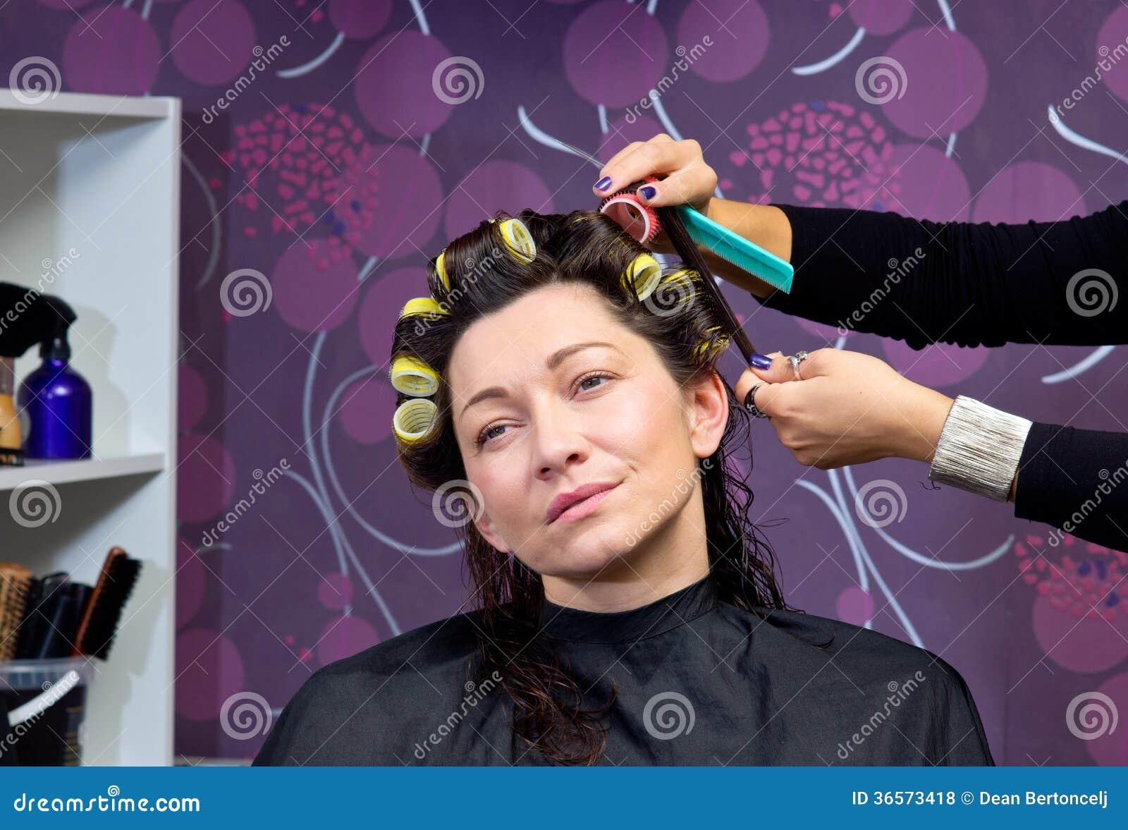 coiffeur mettant des rouleaux chez des cheveux de la femme photo stock image du coiffure. Black Bedroom Furniture Sets. Home Design Ideas