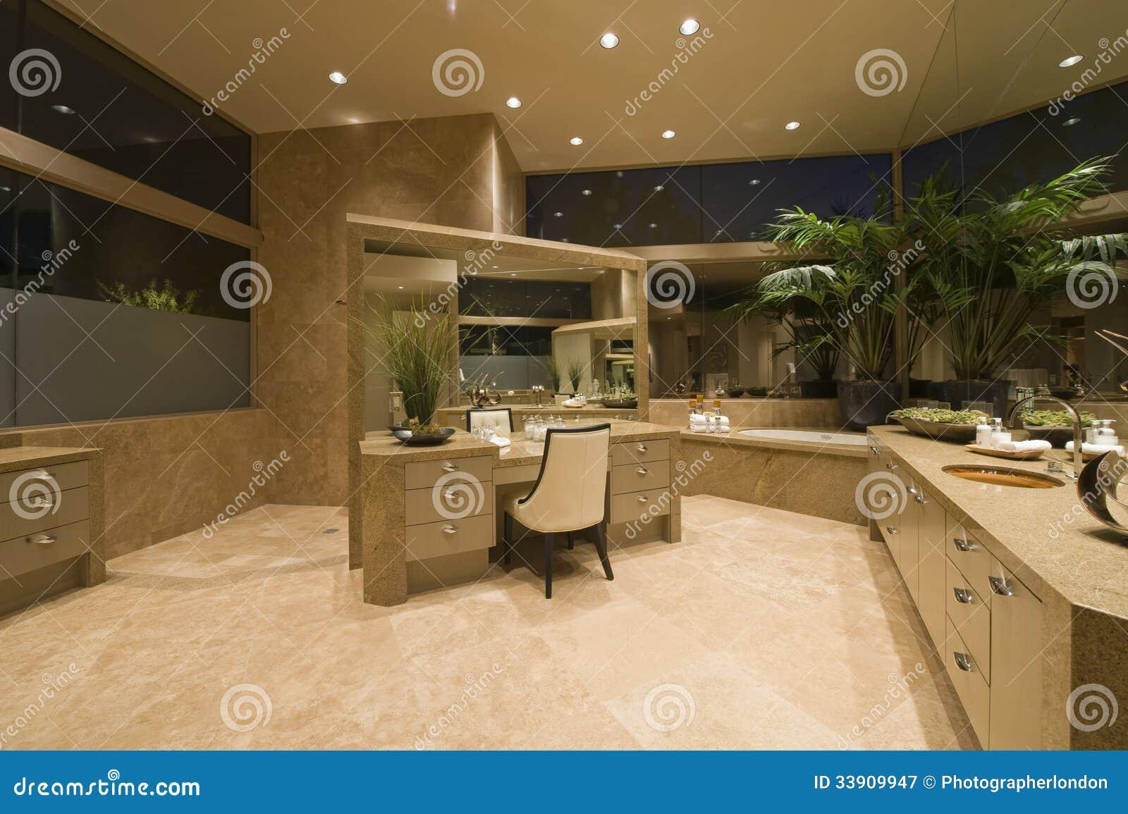 Coiffeuse dans la salle de bains spacieuse photographie for Coiffeuse de salle de bain