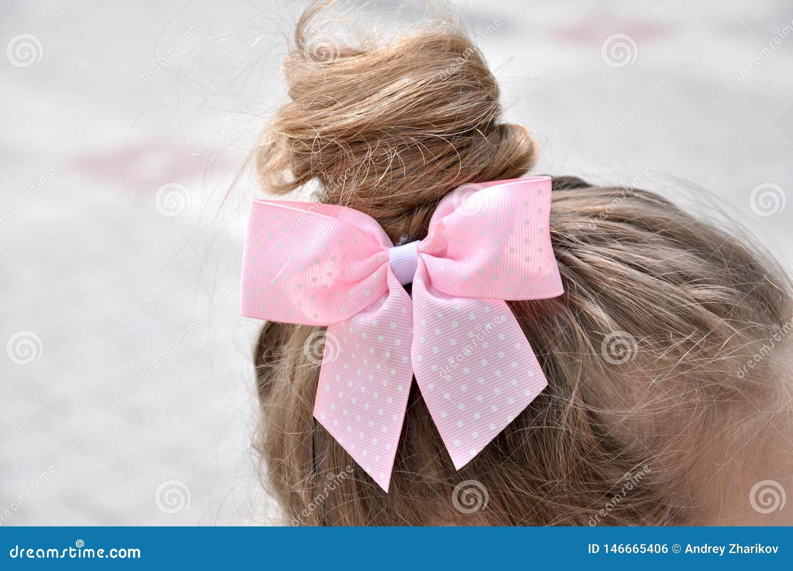 Coiffure avec un arc de fille