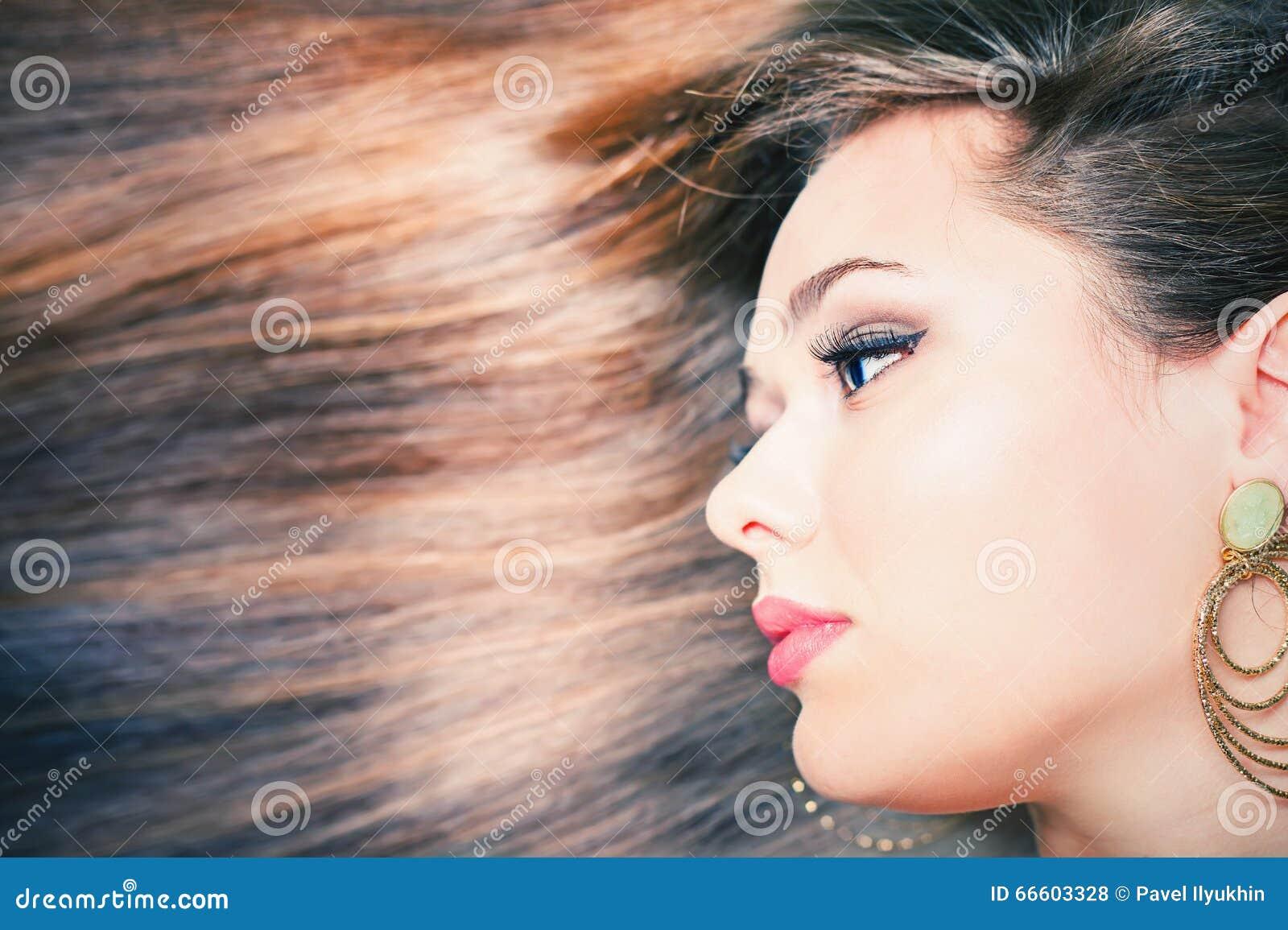 Coiffure de mode Beau femme avec le long cheveu droit