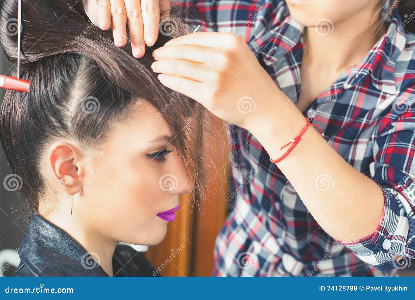 Coiffure de mode la femme avec le bâton Salle de cheveu