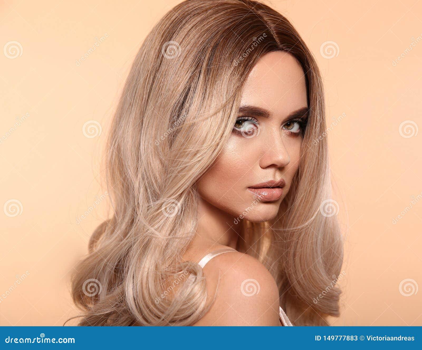 Coiffure onduleuse blonde d Ombre Portrait blond de femme de mode de beauté Beau modèle de fille avec le maquillage, longue pose