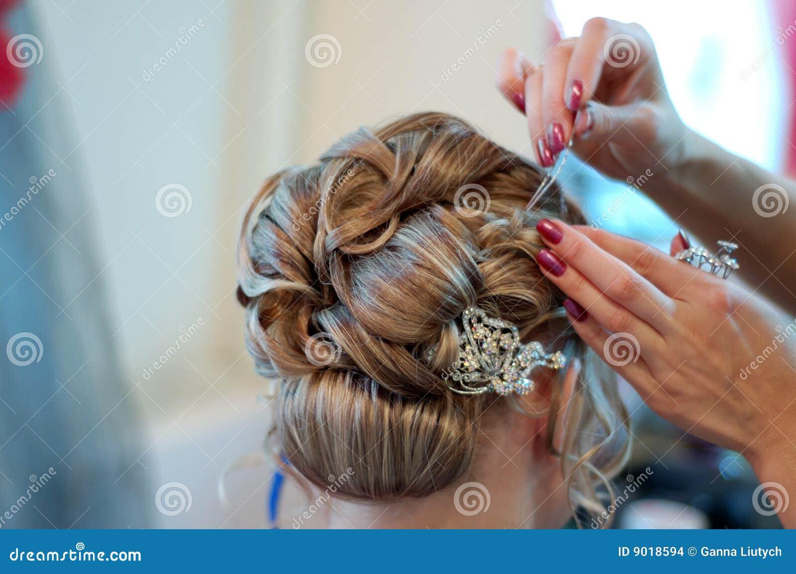 Coiffure som gör bröllop
