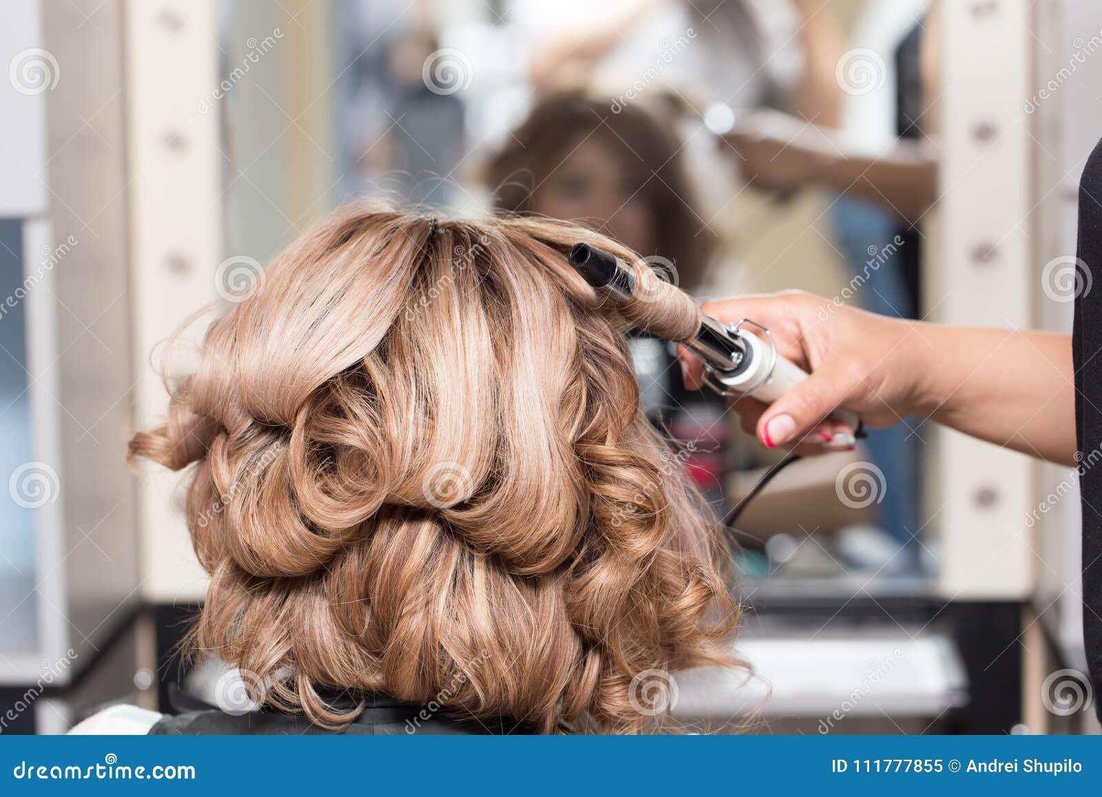 Coiffures femelles sur se courber dans un salon de beauté