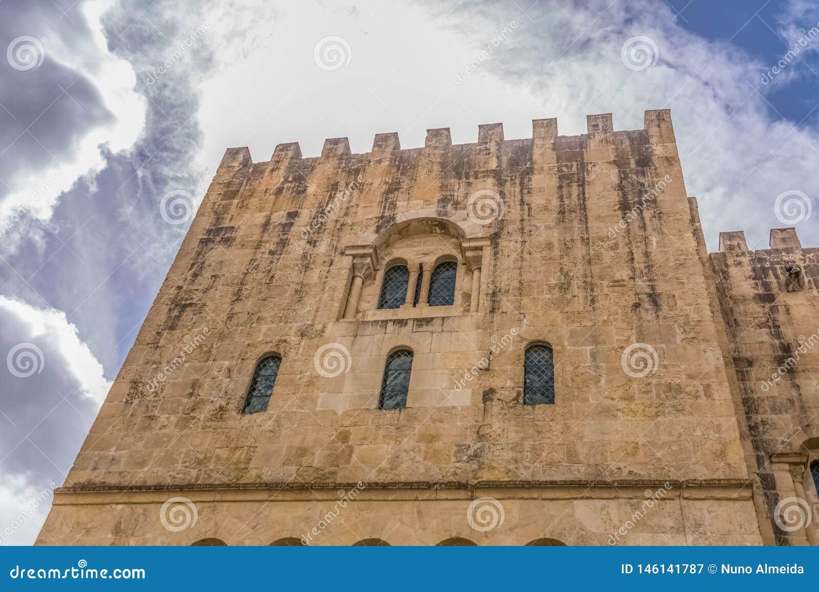 Coimbra/Portugal - 04 04 2019: Sikt av sidofasaden av den gotiska byggnaden av den Coimbra domkyrka-, Coimbra staden och himmel s