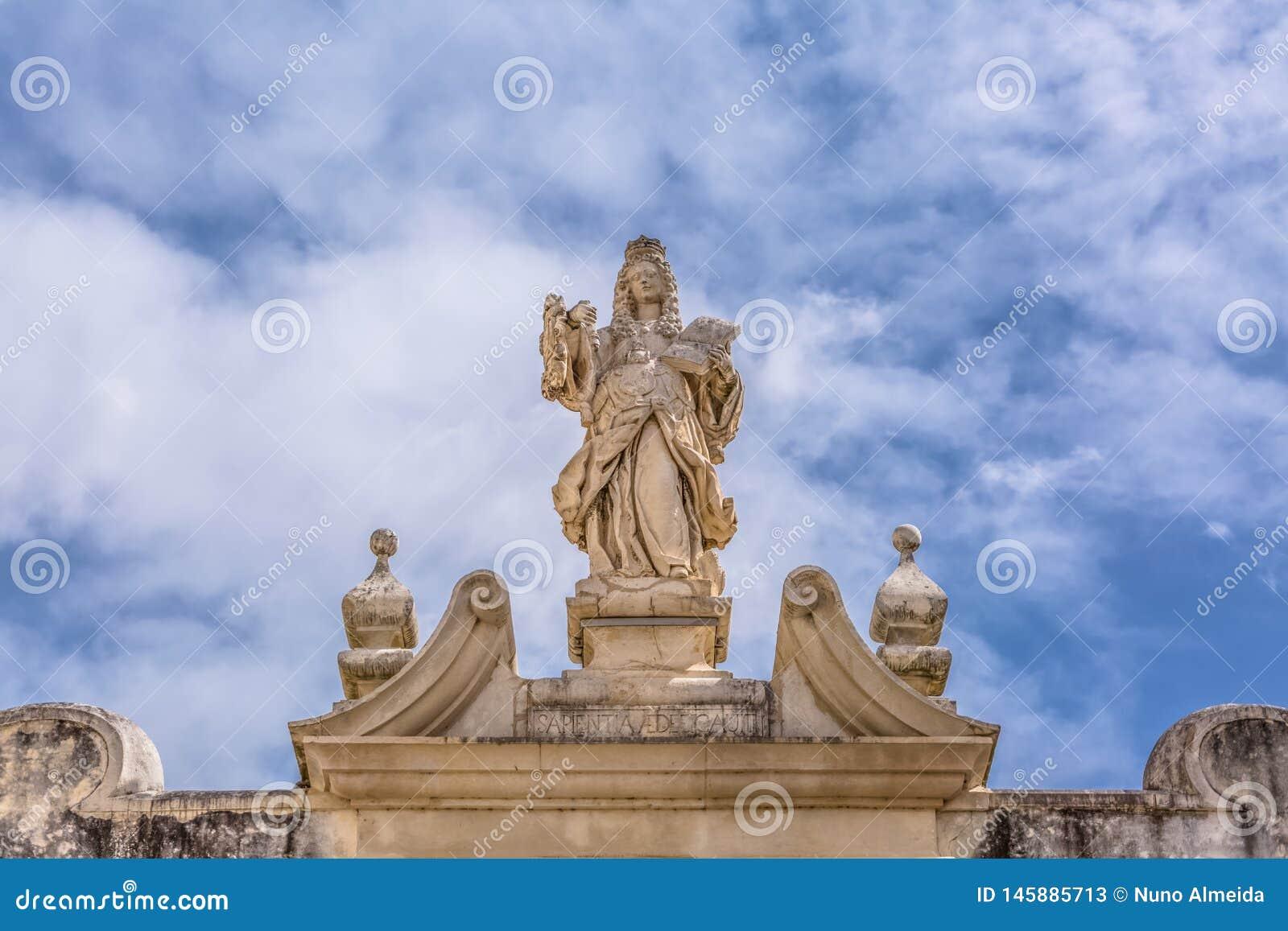 Coimbra, Portugalia/- 04 04 2019: Widok rzeźba w klasycznej łamającej pierzei, lokalizować nad bramą schody Minerva