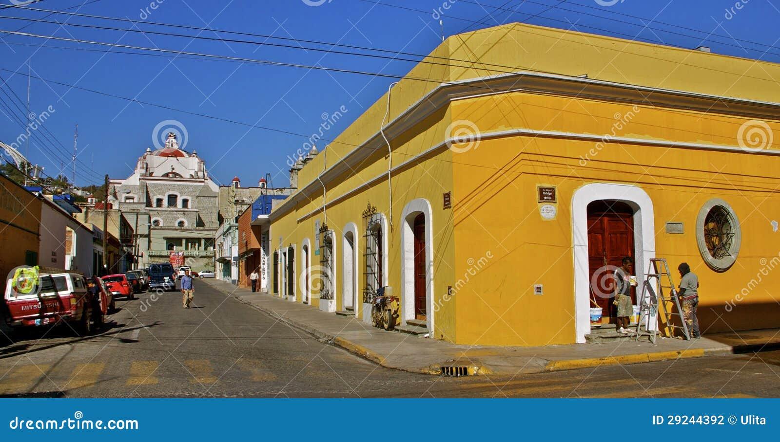 Coin de la rue jaune de rue avec de la La Soled de basilique
