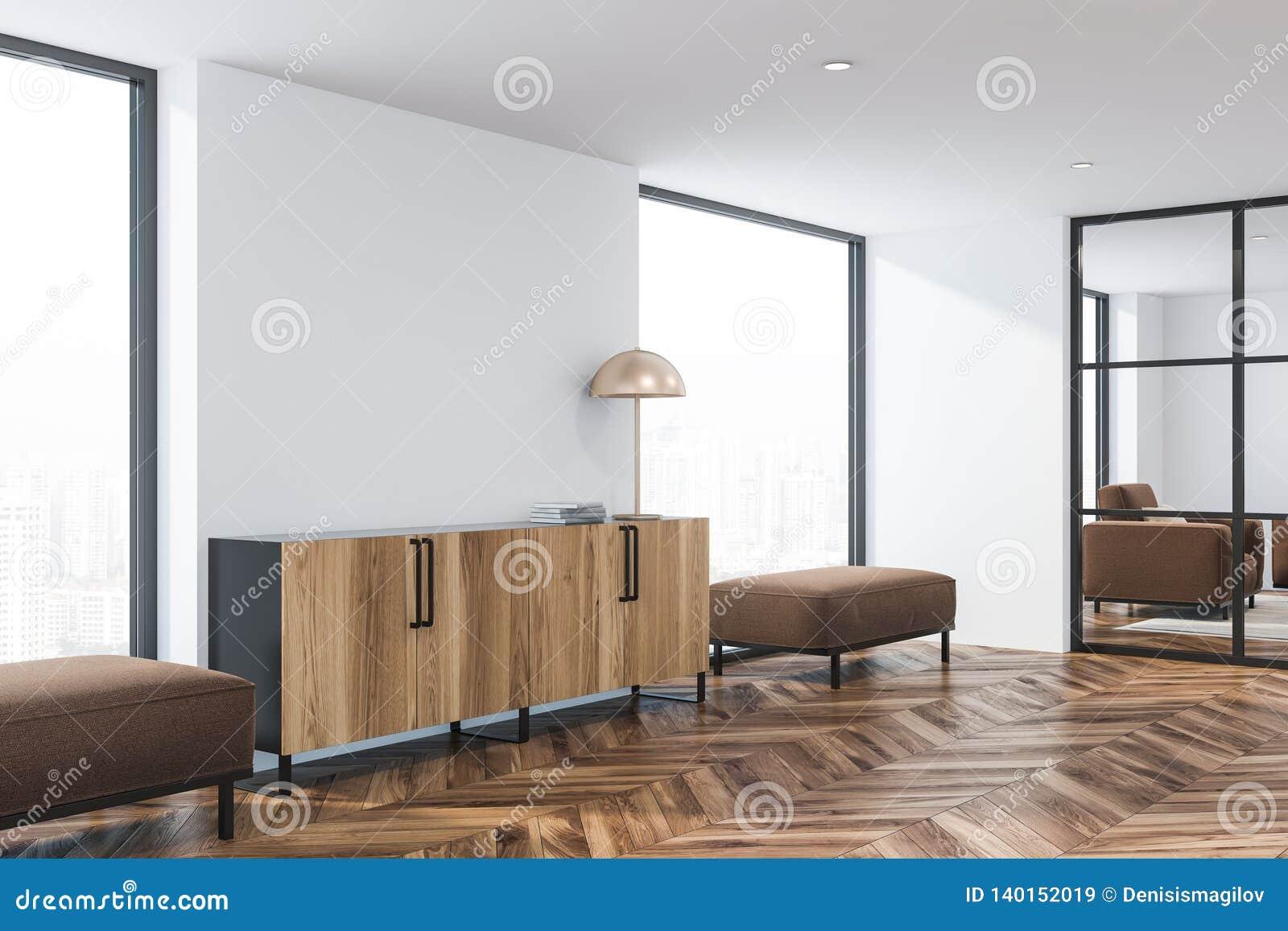 Coin De Salon Moderne Avec Les Murs Blancs, Le Plancher En Bois, Les  Grandes Fenêtres Et Lu0027armoire En Bois Avec La Lampe Se Tenant Entre Les  Canapés Bruns ...