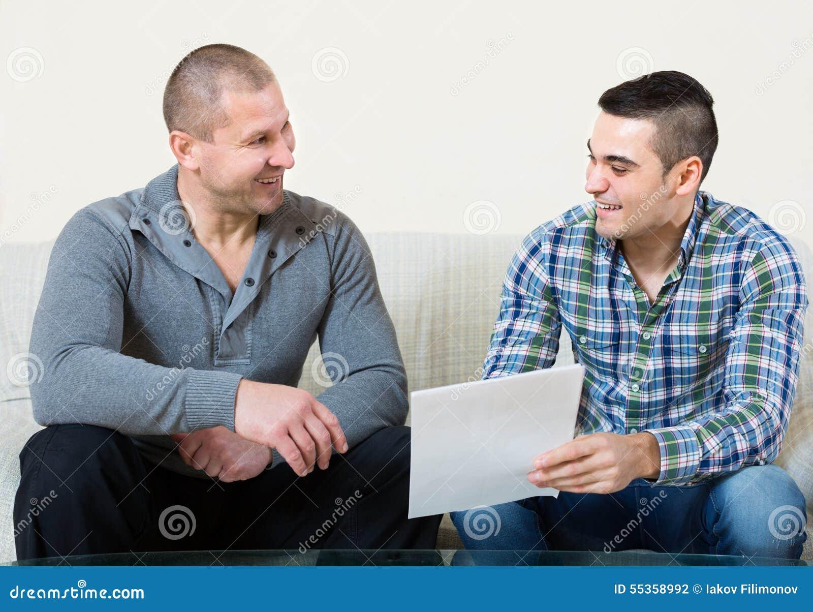 Coinquilini che discutono locazione