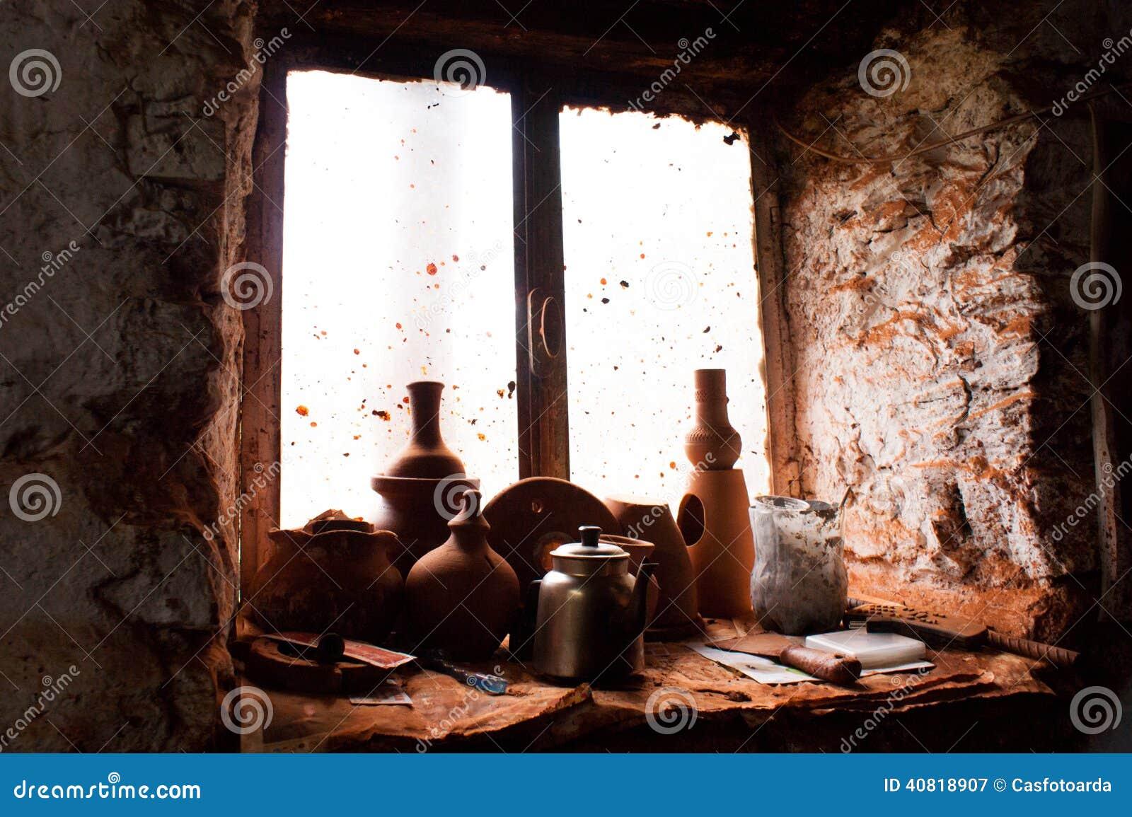 Coisas cerâmicas em uma janela