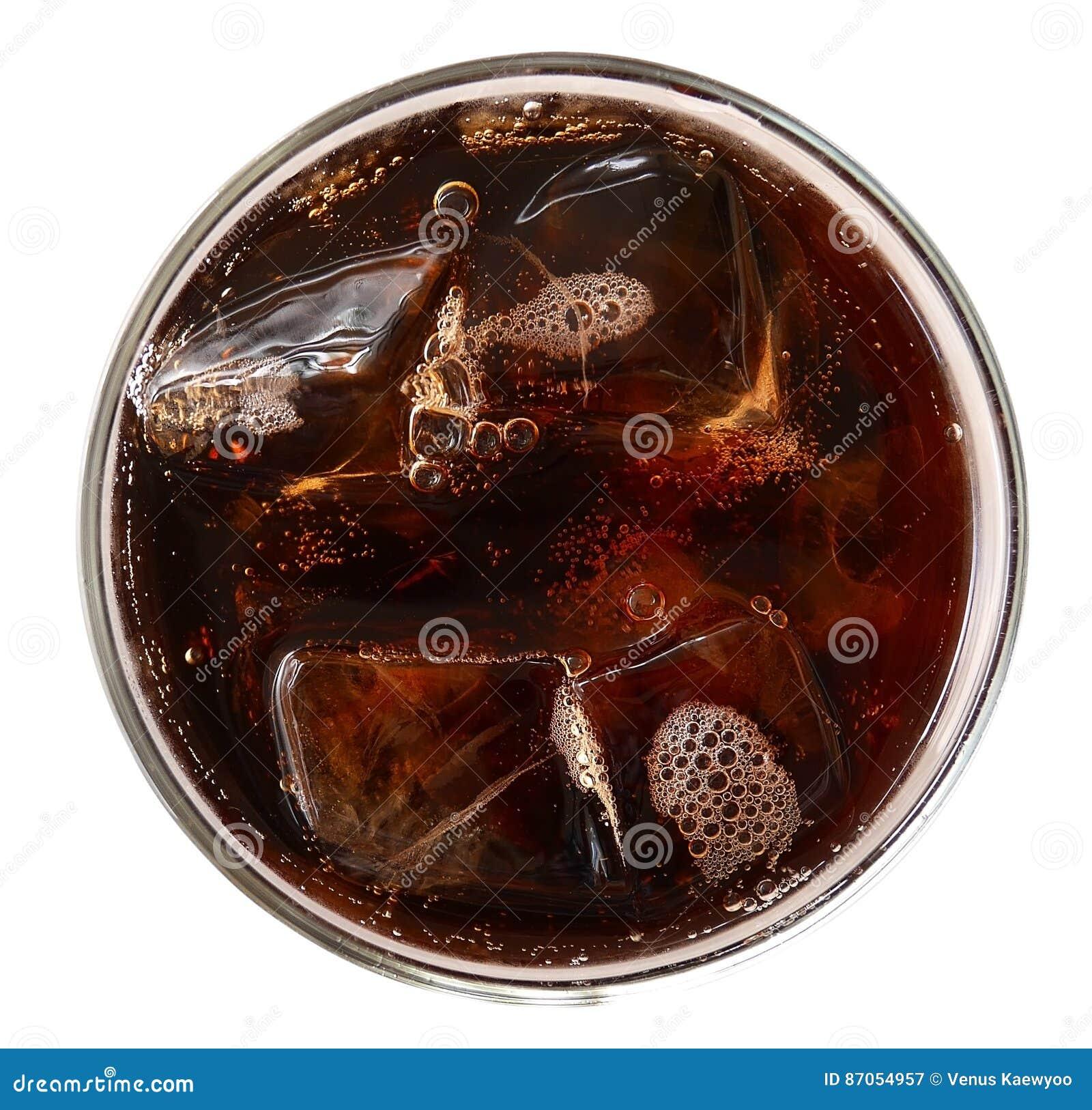 Cola con los cubos de hielo en la visión superior de cristal aislados en el backgrou blanco