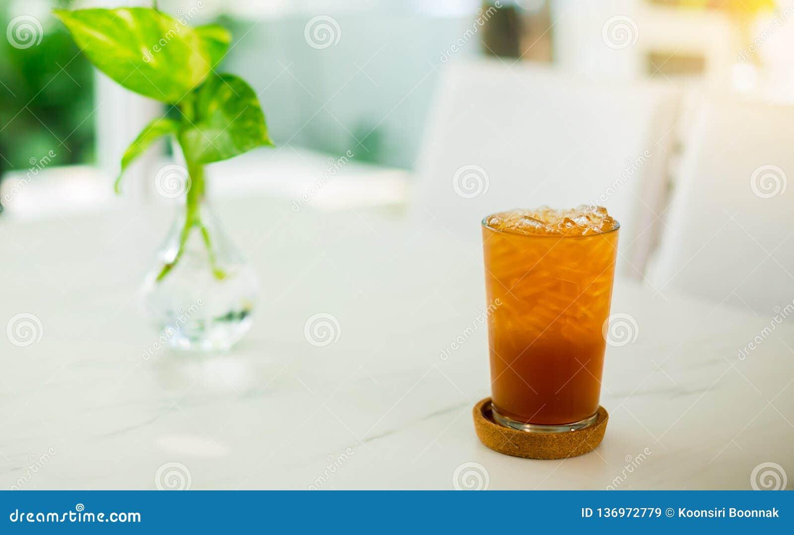 Cola del cóctel del té con el limón y el hielo