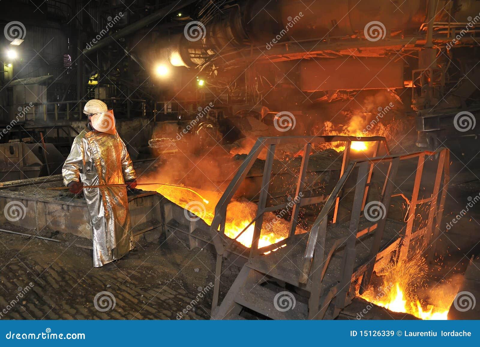 Colada de acero caliente fundida y trabajador