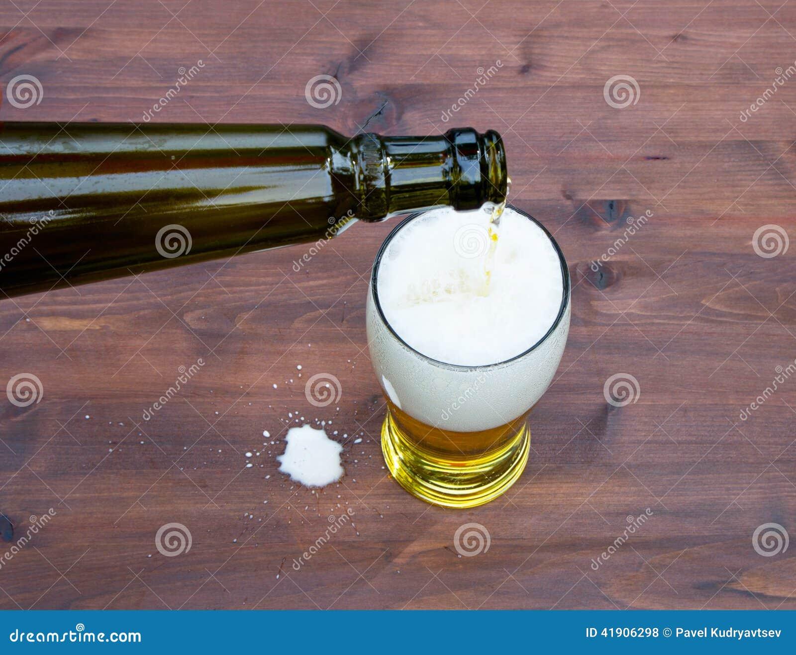 Colada de un vidrio de cerveza