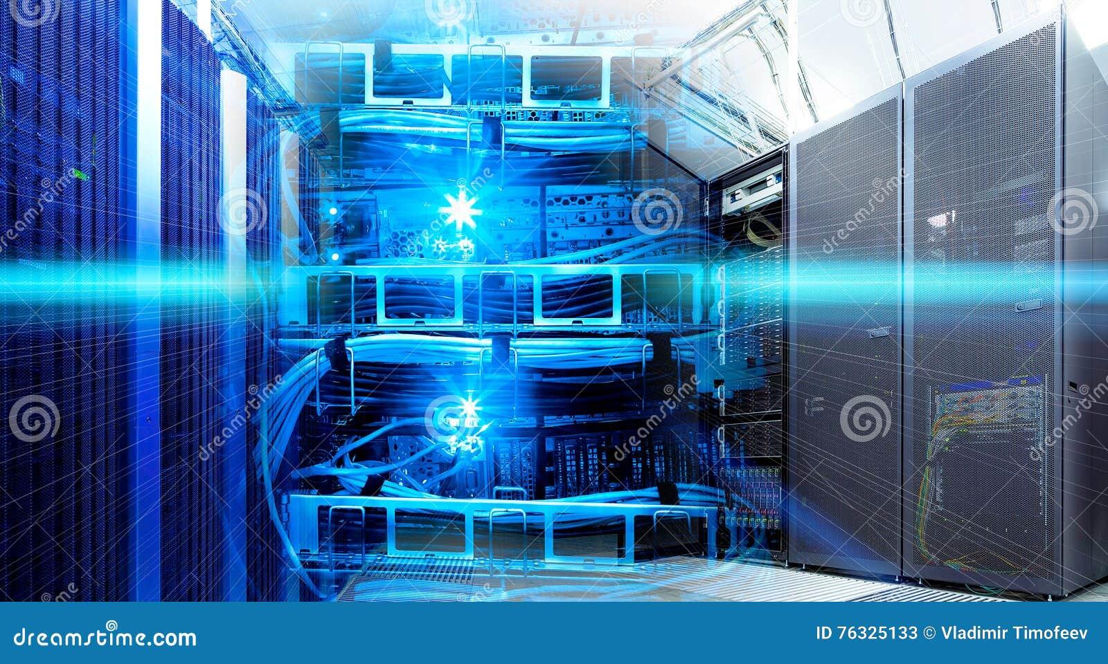 Colagem da tecnologia da informação do centro de dados com equipamento de cremalheiras e roteador dos cabos