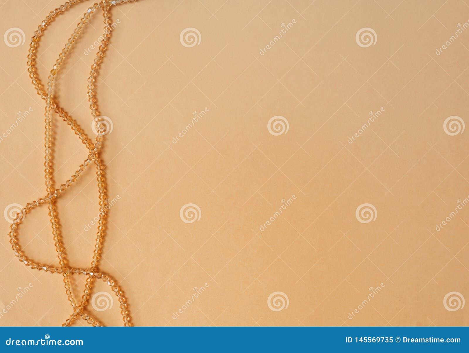 Colar de madeira feito a m?o do colar em um fundo colorido