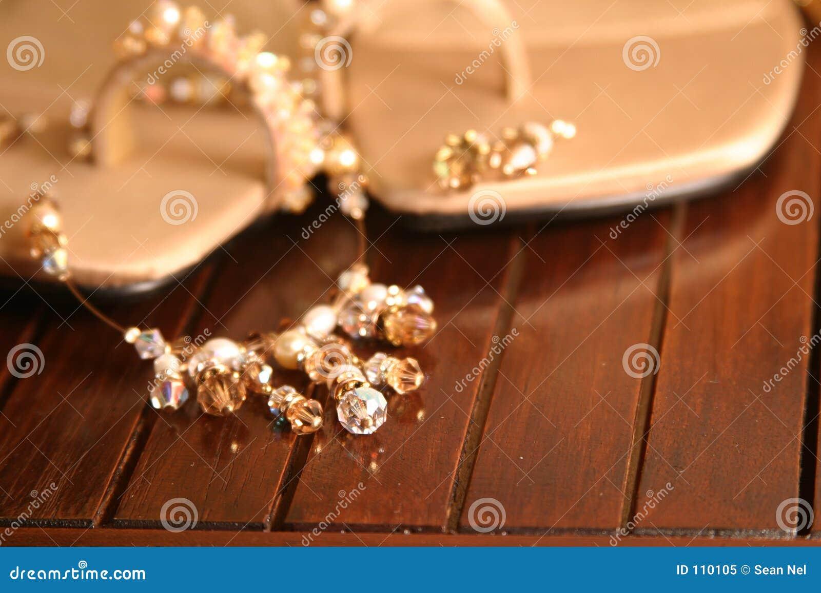 Colar e sandálias